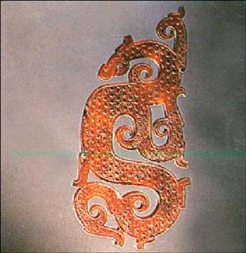 青铜器上的花纹与商明显的区别为纹饰简净质朴,线条疏畅,但铭文