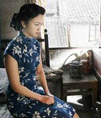 旗袍的袖口与女性的手部与腕部相连接